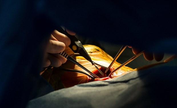 Kardiologię i neonatologię może czekać kolejna, potężna obniżka wycen - chodzi o zmiany rzędu nawet 60 procent. Agencja Oceny Technologii Medycznych i Taryfikacji przygotowała nowe propozycje taryf. Zapisano w nich m.in. obniżkę o 6 tys. złotych w przypadku leczenia wrodzonych wad serca u dzieci.