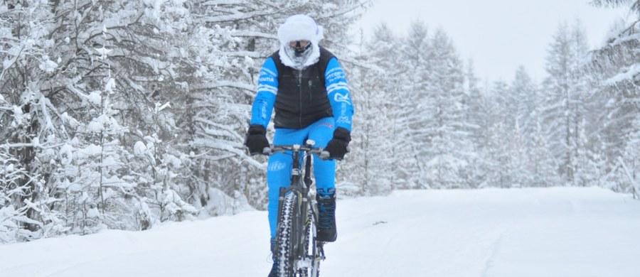 """""""Postanowiłem ustanowić nowy rekord, którego nie ma w Księdze Rekordów Guinessa. To miała być jazda w czasie 48 godzin w ekstremalnych warunkach zimowych, w jak najniższych temperaturach. Dlatego to odbyło się w najzimniejszym punkcie na ziemi, w Jakucji. W miejscu, gdzie panują mrozy sięgające minus 60 stopni Celsjusza. Przez dwie doby jechałem tam na rowerze non stop, bez snu"""" - mówi w rozmowie z RMF FM Valerjan Romanovski, inżynier w warszawskiej Szkole Głównej Gospodarstwa Wiejskiego, który od lat interesuje się badaniem możliwości ludzkiego organizmu i ma na swoim koncie pięć rekordów Guinnessa w jeździe ciągłej na rowerze górskim. Swoje wyczyny dedykuje chorym na nowotwory krwi pokazując przy tym, że oni również muszą walczyć ze słabością swojego organizmu."""