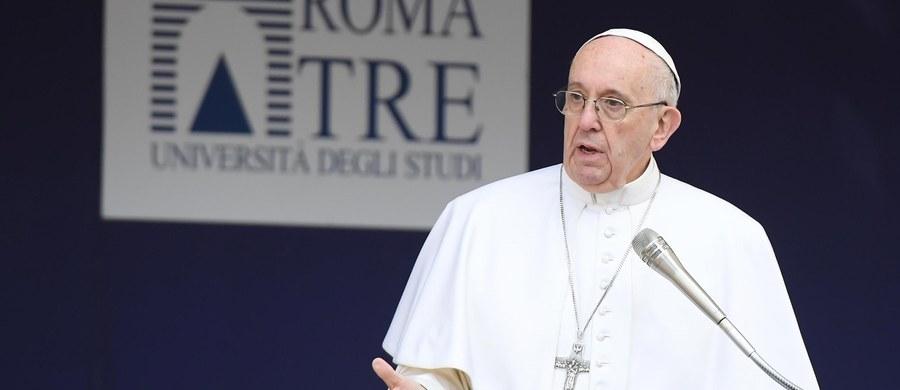 """Żadnego narodu nie można uznać za przestępców, a żadnej religii za terrorystyczną- napisał papież Franciszek w przesłaniu na obrady ruchów ludowych w mieście Modesto w Kalifornii w USA. """"Nie istnieje terroryzm chrześcijański ani żydowski czy islamski"""" - dodał."""