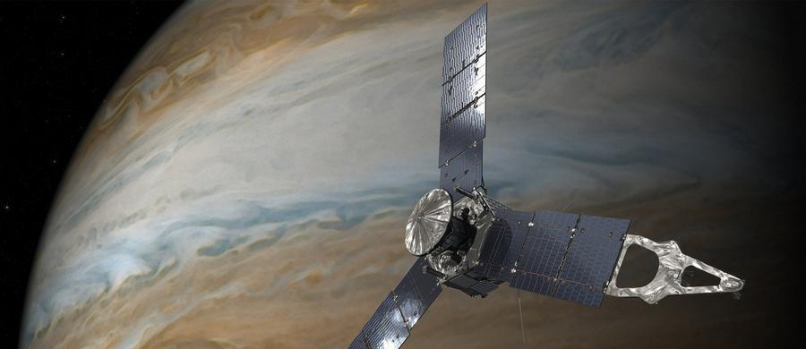 NASA przyznaje, że badająca Jowisza sonda Juno do końca swojej misji pozostanie na obecnej silnie wydłużonej orbicie, a planowany manewr zacieśnienia tej orbity nie będzie podejmowany. Wszystko przez usterki silnika głównego sondy - jego uruchomienie mogłoby wprowadzić Juno na jeszcze gorszą orbitę, podczas gdy obecna gwarantuje wykonanie większości zaplanowanych badań. Juno co prawda rzadziej będzie się zbliżać do powierzchni chmur Jowisza, ale i mniej czasu spędzi w strefie groźnego promieniowania, więc prawdopodobnie popracuje dłużej.