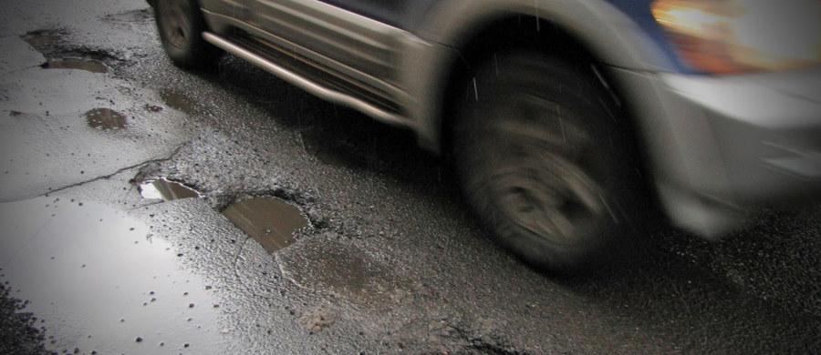 Grupa mieszkańców Rzymu zirytowanych dziurawymi drogami powołała stowarzyszenie, które naprawia je w czynie społecznym. Ochotnicy wyposażeni w odpowiedni sprzęt przybywają na wezwanie rzymian.