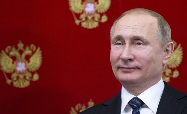 Podczas wyborów prezydenckich w 2018 roku Kreml postawi na frekwencję i wyższy niż kiedykolwiek wynik Władimira Putina przy wyborze na kolejną kadencję, która tym razem będzie ostatnia - piszą rosyjskie dzienniki, powołując się na źródła na Kremlu.