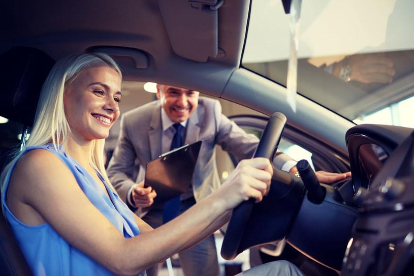 Kobiety kupują oczami. Kiedy wybieramy nową torebkę czy buty, sprawa jest dość prosta. Jednak w przypadku zakupu samochodu wybór nie jest już tak oczywisty. Design, stylistyka, bezpieczeństwo… Na co jeszcze zwracamy uwagę kupując wymarzony samochód?