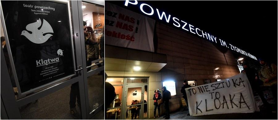 """Około 100 przedstawicieli środowisk narodowych zebrało się we wtorkowy wieczór przed warszawskim Teatrem Powszechnym, by zaprotestować przeciwko spektaklowi """"Klątwa"""", który - ich zdaniem - obraża wartości chrześcijańskie i polskie tradycje. Mieli transparenty z napisami: """"To nie teatr, to burdel"""" i """"To nie sztuka, to kloaka"""". Wcześniej oficjalne oświadczenie ws. budzącego duże emocje spektaklu wydał sam teatr. Czytamy w nim m.in.: """"Spektakl ma na celu pokazanie różnych ideologicznych postaw i oddanie głosu różnym stanowiskom, dlatego powinien być analizowany jako całościowa wizja artystyczna, a nie jako zbiór oderwanych od siebie scen pozbawionych kontekstu""""."""