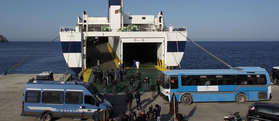 Kilkudziesięciu imigrantów, którzy otrzymali nakaz opuszczenia Włoch, wywołało burdy na promie płynącym z Cagliari na Sardynii do Neapolu - podały włoskie media na podstawie relacji pasażerów. Wśród imigrantów byli głównie Algierczycy.