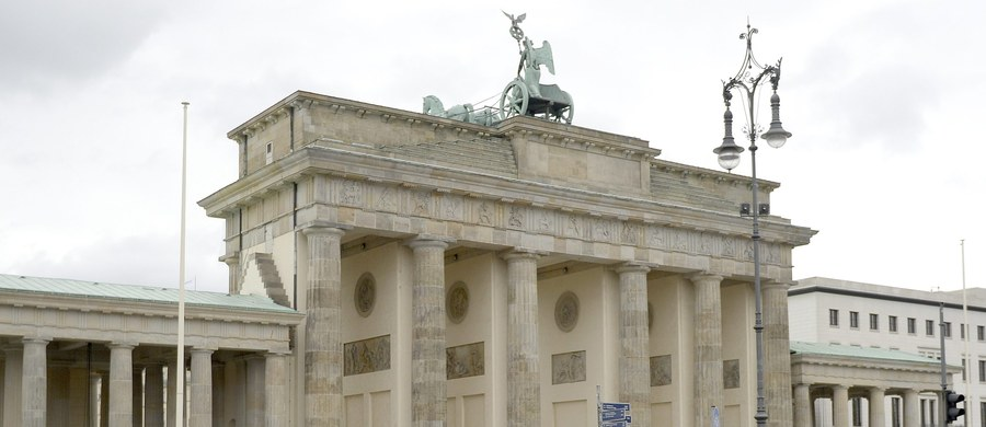 W Niemczech przebywa obecnie 1600 osób zaliczanych przez kontrwywiad do środowiska islamistyczno-terrorystycznego - powiedział szef Federalnego Urzędu Ochrony Konstytucji (BfV) Hans-Georg Massen podczas międzynarodowego kongresu policji w Berlinie. Po koniec zeszłego roku liczbę islamistów stanowiących potencjalne zagrożenie dla bezpieczeństwa szacowano na 1200. Z danych BfV wynika, że 570 z nich jest zdolnych do dokonania zamachu terrorystycznego.