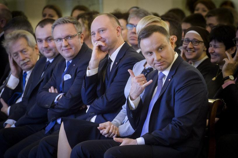 Andrzej Duda znów podbije sieć? Jego zdjęcie z Międzynarodowego Dnia Języka Ojczystego rozbawiło internautów. Wszystko za sprawą jednego gestu.