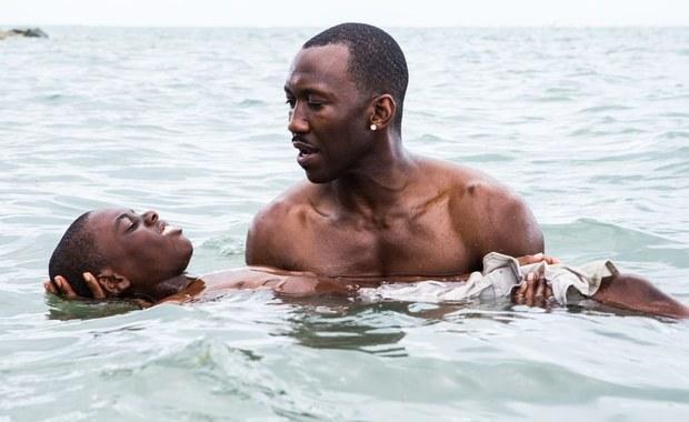 Widowiskowy musical, ascetyczne science fiction, a może ładna, ale dość schematyczna opowieść o czarnoskórym chłopcu, której wyróżnieniem Amerykańska Akademia Filmowa spróbuje zatrzeć złe wrażenie z zeszłego roku, kiedy wybuchła afera #OscarsSoWhite? Do kogo powędruje w tym roku Oscar w kategorii najlepszy film? Kogo pominięto? Oto subiektywny przegląd tytułów, z którymi warto się zapoznać przed oscarową nocą.