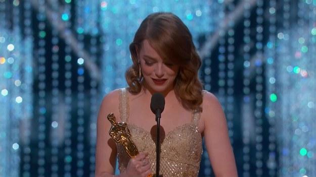 """Laureat Oscara za rolę w """"Zjawie"""" Leonardo DiCaprio wręczył Oscara najlepszej aktorce pierwszoplanowej. Otrzymała go Emma Stone za kreację Mii w """"La La Land"""". """"Byłyście niezwykłe"""" - mówiła Stone do pozostałych nominowanych. Dziękowała też twórcom """"La La Land"""", przede wszystkim Damienowi Chazelle'owi i Ryanowi Goslingowi."""