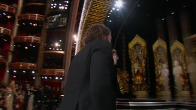 """Brie Larson, nagrodzona Oscarem za """"Pokój"""", wręczyła statuetkę najlepszym aktorom pierwszoplanowym. Wygrał Casey Affleck. Emocje były tak duże, że aktor się popłakał. Podobnie jak jego brat - Ben. Casey Affleck podziękował pozostałym nominowanym i reżyserowi """"Manchester by the Sea"""" - Kennethowi Lonerganowi."""