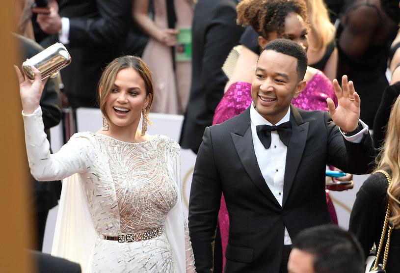 John Legend był jednym z gości uczestniczących w tegorocznej gali rozdania Oscarów. Na ceremonii towarzyszyła mu żona Chrissy Teigen. W sieci znaleźć można zdjęcie, na którym widać, że kobieta zasnęła w trakcie imprezy.