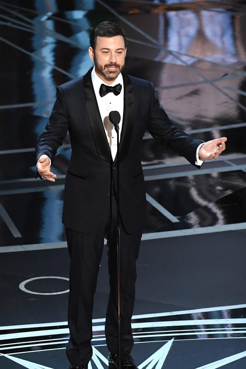Jimmy Kimmel całkiem dobrze poradził sobie jako gospodarz oscarowej gali. Jego najbardziej udane żarty dotyczyły Donalda Trumpa, Matta Damona i kilku innych hollywoodzkich gwiazd. Co jednak z tego, że wypadł przyzwoicie, skoro cała gala przejdzie do historii z powodu finałowej wpadki organizatorów, a nie umiejętności prowadzącego.
