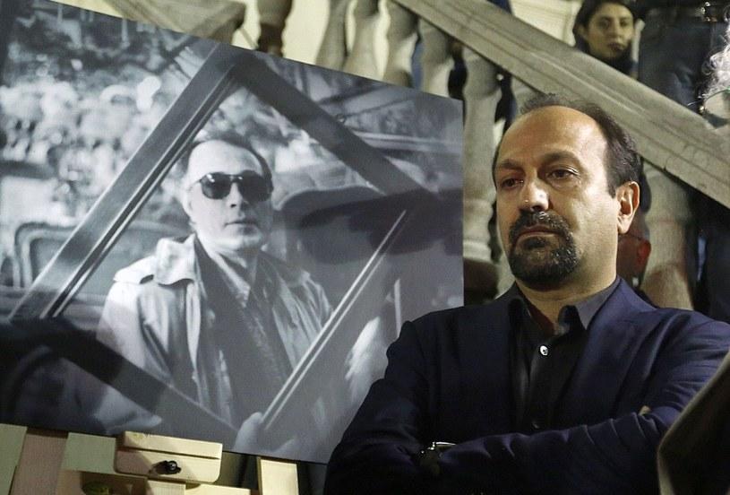 """Irański rząd pogratulował w poniedziałek reżyserowi Asgharowi Farhadiemu zdobycia Oscara dla najlepszego filmu nieanglojęzycznego za dramat """"Klient"""". Władze pochwaliły jego decyzję o zbojkotowaniu niedzielnej gali w Hollywood."""