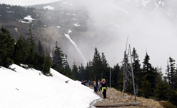 Niebezpieczeństwa czyhają na turystów w Karkonoszach. Ogłoszono tam drugi stopień zagrożenia lawinowego. Warunki na szlakach są trudne, ale ocieplenie nie przeszkadza narciarzom odwiedzającym dolnośląskie stoki. We Wrocławiu blisko 15 stopni, a górach dziesięć stopni mniej.