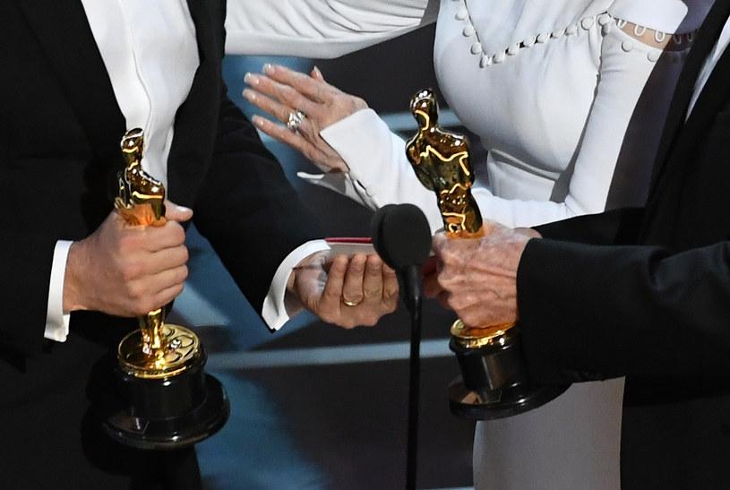 """Firma konsultingowa PwC (PricewaterhouseCoopers) obsługująca przyznawanie Oscarów przeprosiła za gafę na tegorocznej gali, podczas której błędnie ogłoszono, że Oscarem dla najlepszego filmu uhonorowano """"La La Land"""", zanim okazało się, że wygrał """"Moonlight""""."""