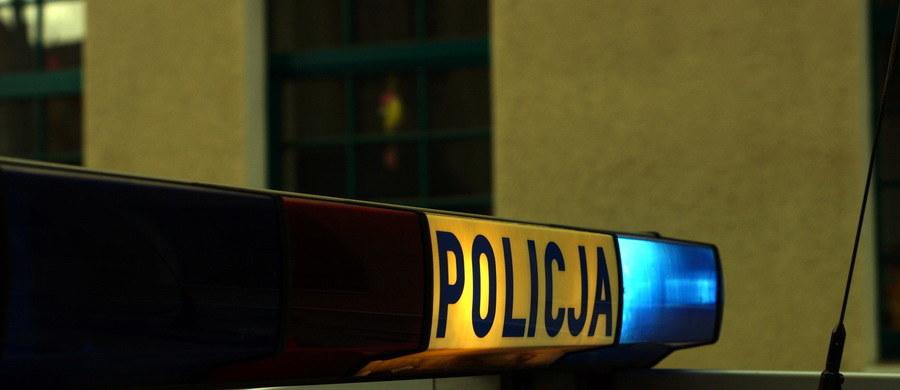 Zarzut nieumyślnego spowodowania śmierci usłyszał od policji 29-latek, który wczoraj w czasie polowania śmiertelnie postrzelił 63-letniego mężczyznę. Myśliwy przyznał się do winy. Tragiczną pomyłkę tłumaczył tym, że ofiara... szła na czworaka.