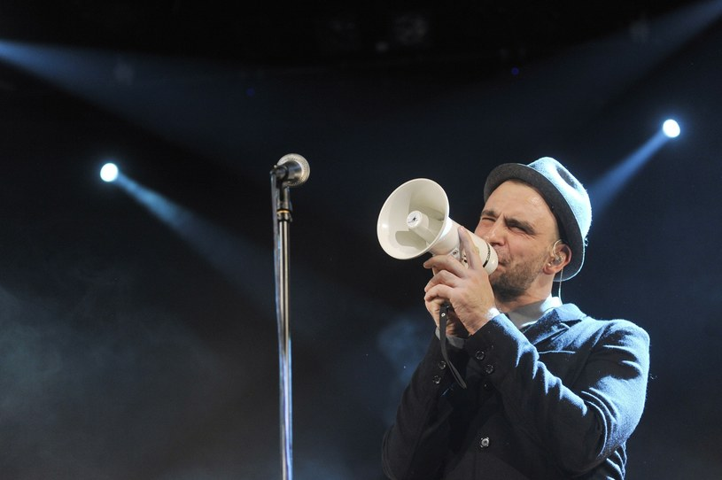 """Za nami prawie połowa trasy koncertowej Fisz Emade Tworzywo. Bracia Waglewscy promują nagrodzone Złotą Płytą """"Drony""""."""