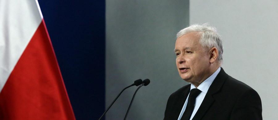 """""""Zostanie wniesiona poprawka do ustawy dotycząca wycinki drzew na prywatnych posesjach"""" - zapowiedział Jarosław Kaczyński. Jak podkreślił, poprawka uniemożliwi wycinanie drzew w większych zespołach po to, by tworzyć podstawy dla inwestycji. Prezes PiS podkreślał także podczas konferencji, że rząd będzie dążyć do poprawy losu zwierząt w Polsce. Zapowiedział daleko idące zmiany w projekcie ustawy o prawie łowieckim."""