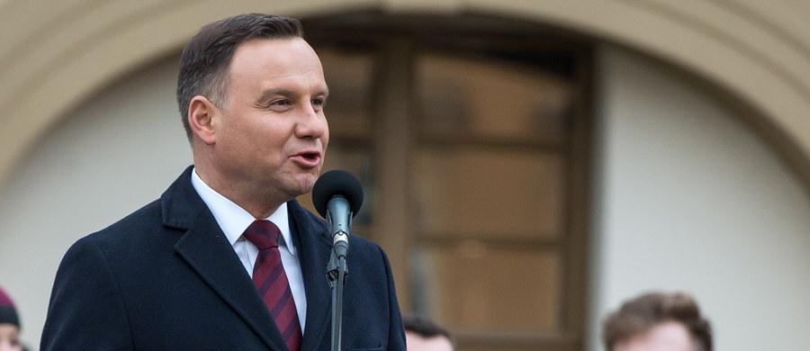 Musimy budować Polskę silną, suwerenną i sprawiedliwą dla wszystkich - podkreślił prezydent Andrzej Duda w Rawiczu podczas uroczystości upamiętniających Żołnierzy Wyklętych. Trzeba czynić wszystko, by Polska nie była wyłącznie Polską wąskiej elity, bo państwo elit nie jest państwem obywatelskim - dodał.