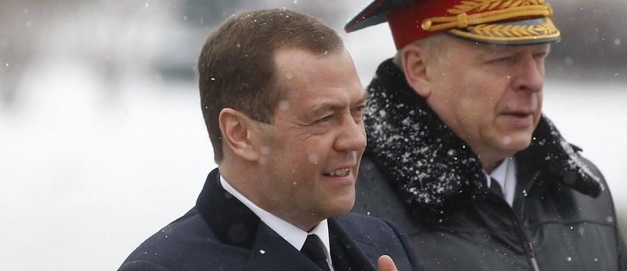 """Dmitrij Miedwiediew - rosyjski premier i przez jedną kadencję prezydent - jest milionerem. """"Fundacja Walki z Korupcją"""" Aleksieja Nawalnego ujawnia informacje o willach, jachtach i rezydencjach Miedwiediewa, na które nie mógł legalnie zarobić."""