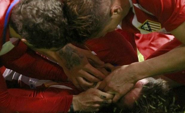Chwile grozy podczas meczu Atletico Madryt z Deportivo La Coruna podczas wczorajszego meczu 25. kolejki Primera Division. Fernando Torres, piłkarz Atletico, zderzył się głową z piłkarzem drużyny rywali Alejandro Bergantinosem, padł na murawę i zaczął się dławić własnym językiem.