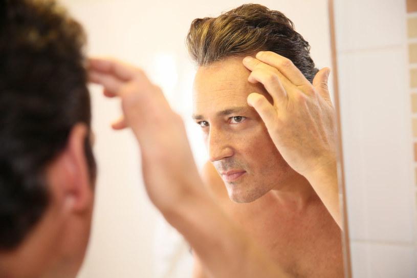 To nieprawda, że tylko kobiety chcą mieć piękną, bujną fryzurę. Mężczyźni również dbają o swój wygląd, a ten zapewnią im (między innymi) zdrowe włosy.