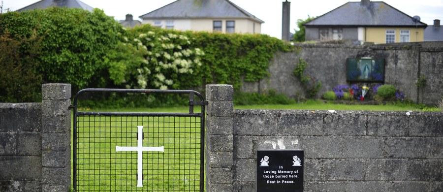 Powołana przez irlandzki rząd komisja śledcza do zbadania katolickich domów dla niezamężnych matek i losu ich potomstwa potwierdziła w piątek istnienie masowego grobu dzieci koło domu prowadzonego w latach 1925-61 przez zakonnice w Tuam na zachodzie Irlandii.