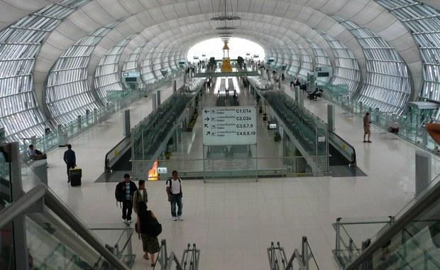 """5 lat więzienia w Tajlandii grozi 70-letniemu włoskiemu turyście, który na lotnisku na wyspie Phuket powiedział w czasie kontroli bagażu: """"Przecież nie mam bomby"""". Policjantka słysząc to zrozumiała jedynie słowo """"bomba"""". Mężczyzna został aresztowany."""
