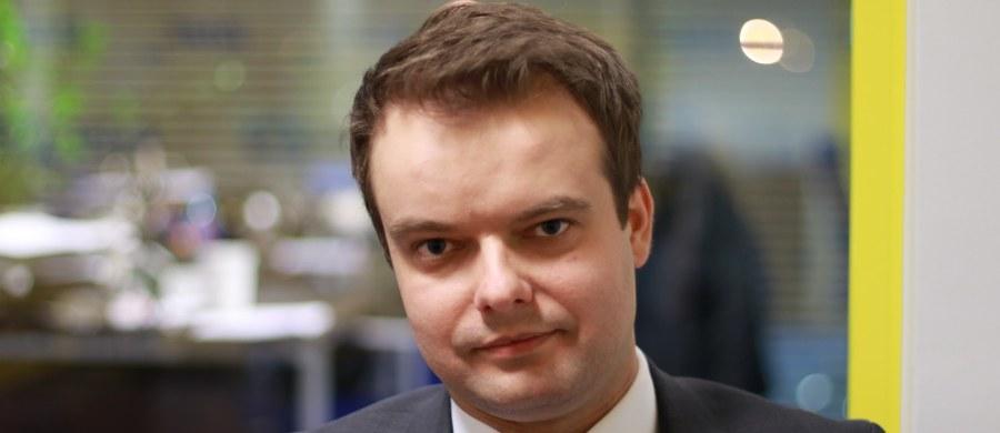 """Wybór Donalda Tuska na przewodniczącego Rady Europejskiej wbrew decyzji Polski byłby czymś nienaturalnym i stanowiłby naruszenie dotychczasowych standardów europejskich - ocenił rzecznik rządu Rafał Bochenek. Podkreślił, że Jacek Saryusz-Wolski, którego kandydatura na szefa RE została w sobotę zgłoszona do maltańskiej prezydencji w UE, to """"niezwykle doświadczony polityk europejski, sprawny i merytorycznie przygotowany do tej funkcji""""."""