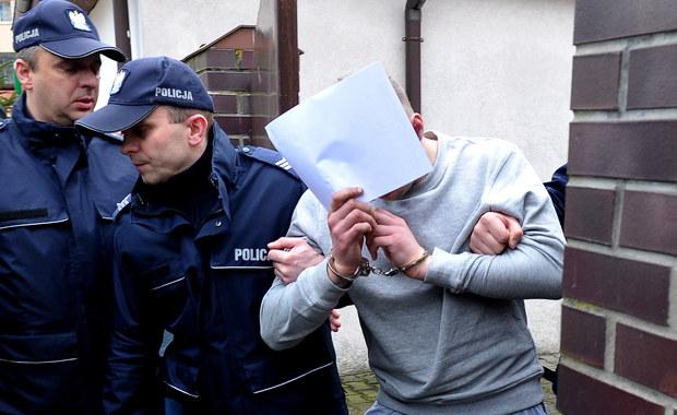 Zarzut uprowadzenia i pozbawienia wolności 12-latki usłyszeli 31-letni Ryszard D. i 28-letnia Elżbieta B., zatrzymani ws. piątkowego porwania w Golczewie. D. to mężczyzna, który już w 2010 roku pobił inne dziecko, za co został skazany na 9 lat więzienia. O wcześniejszym jego wyjściu zza krat zadecydował sąd apelacyjny po zaskarżeniu listopadowej decyzji sądu okręgowego, który odrzucił wniosek o przedterminowe zwolnienie. W Prokuraturze Rejonowej w Kamieniu Pomorskim (Zachodniopomorskie) zakończyło się także przesłuchanie 25-letniego Piotra S. Śledczy nie postawili mu zarzutów i mężczyzna zostanie zwolniony do domu. Uprowadzona 12-latka opuściła już szpital.