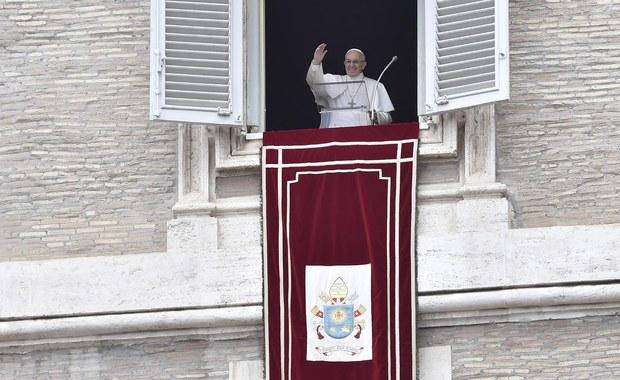 Papież Franciszek zachęcił wiernych, aby traktowali Biblię tak samo jak telefon komórkowy i mieli ją zawsze przy sobie. Trzeba czytać Biblię tak jak wiadomości - mówił w czasie spotkania na modlitwie Anioł Pański w Watykanie.