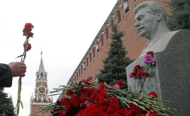 64 lata temu, 5 marca 1953 r. w Kuncewie k. Moskwy zmarł Józef Stalin, współtwórca ZSRS, komunistyczny dyktator odpowiedzialny za śmierć milionów ludzi i organizator Wielkiego Terroru w ZSRS w latach 1937-1938. Z jego rozkazu w 1940 r. prawie 22 tys. Polaków zginęło w zbrodni katyńskiej.