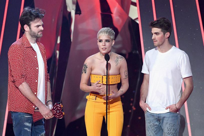 5 marca w Los Angeles rozdano nagrody muzyczne internetowej radiostacji IHeartRadio. Wśród nagrodzonych znaleźli się The Chainsmokers, twenty one pilots, Drake, Adele i Justin Timberlake.
