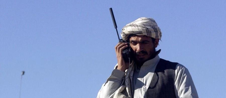 """Przywódcy afgańskich talibów zaapelowali do międzynarodowych organizacji humanitarnych i zagranicznych rządów o pomoc dla Afgańczyków, cierpiących z powodu ostrej zimy. Wezwano też bojowników, by zapewnili pracownikom tych organizacji """"niezbędne bezpieczeństwo""""."""
