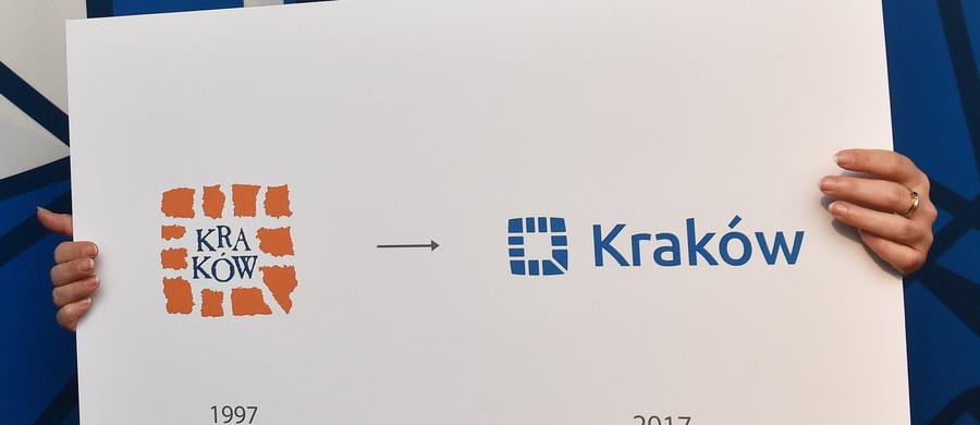 """Kraków ma nowe logo. Znak przypomina poprzedni symbol, ale zamiast kolor pomarańczowego, pojawia się na nim niebieski, a centralna część jest pusta - poprzednio zajmował ją napis """"CRACOVIA""""."""