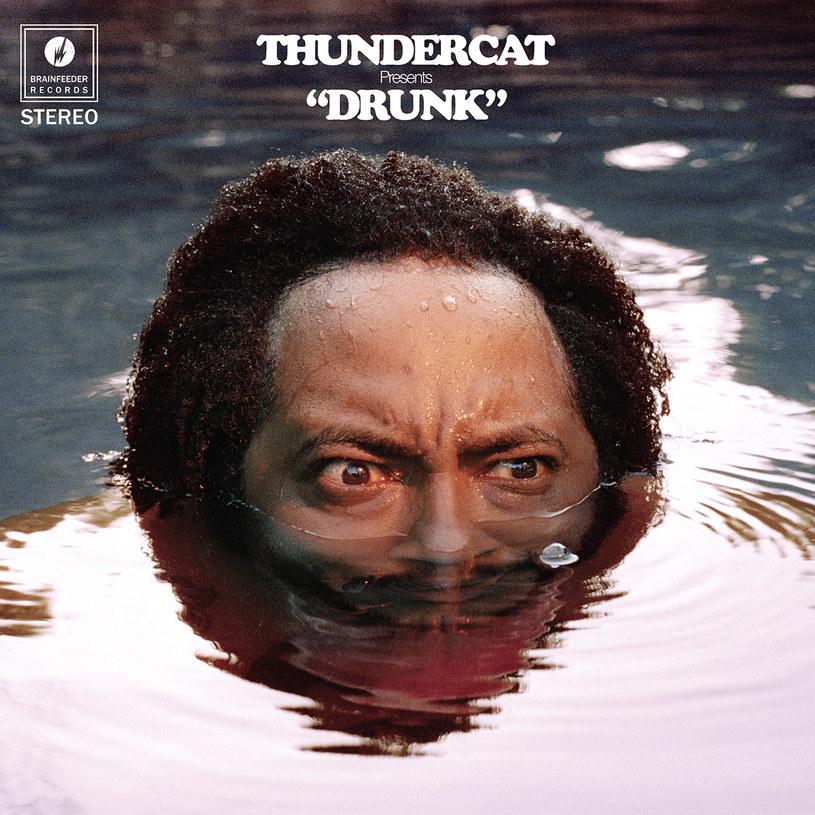 """Nagrywa z Kendrickiem Lamarem, gra na basie w trashowym Suicidal Tendencies. Sprawdza się podczas pracy w studiu, u boku innych indywidualistów, nie brak mu także fantazji do tworzenia świetnych kompozycji solowych. Naiwnym byłoby myślenie, że kolejny album wszechstronnego jak mało kto Stephena Brunera, znanego jako Thundercat, będzie jedynie popisówką gry na basie, z popularnymi połączeniami jazzu z r'n'b czy elektroniką w tle. To za mało, album """"Drunk"""" musiał wnieść coś więcej."""