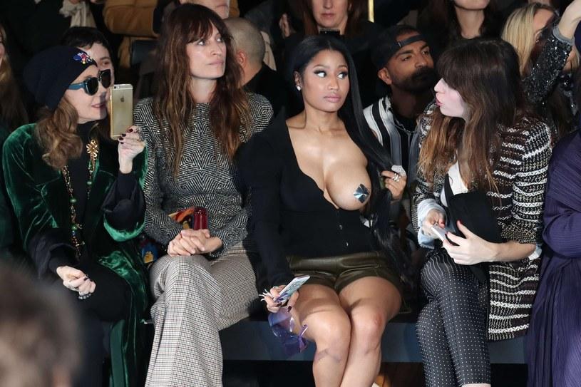 Stylizacja Nicki Minaj, w której pojawiła się na Paris Fashion Week, wywołała mnóstwo kontrowersji. Sama raperka również postanowiła zabrać głos w tej sprawie.