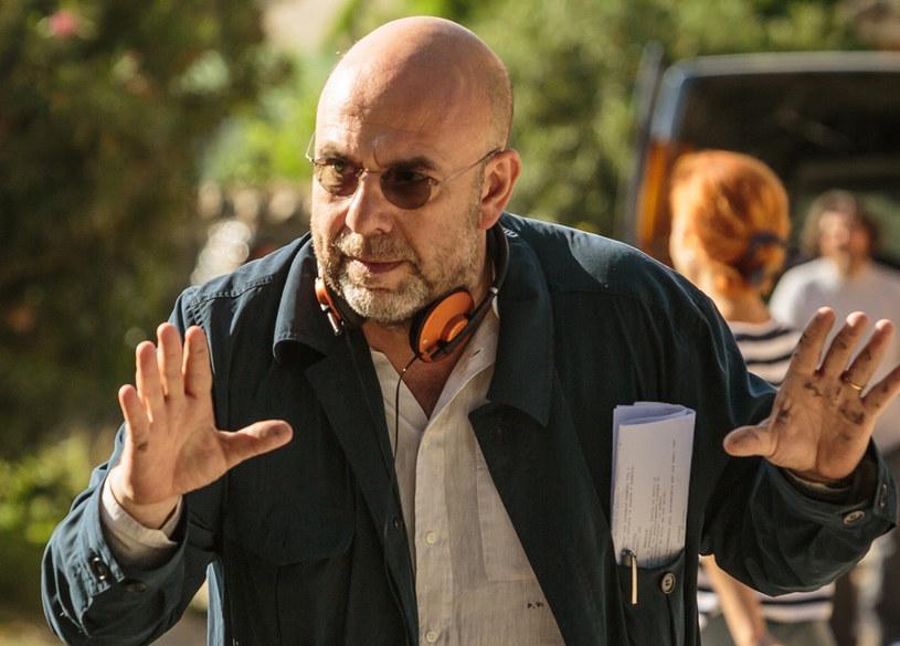 """""""Zwariować ze szczęścia"""" określane jest jako skrzyżowanie """"Thelmy i Louise"""" oraz """"Lotu nad kukułczym gniazdem"""". """"Każdy film jest jakąś formą terapii"""" - przekonuje reżyser produkcji, Paolo Virzi."""