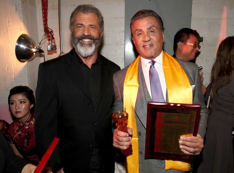 """Po serii skandali i latach zawodowej posuchy Mel Gibson z przytupem wrócił do Hollywood. A to za sprawą sukcesu filmu """"Przełęcz ocalonych"""", który wyreżyserował. W wyjściu z impasu pomógł Gibsonowi m.in. Sylvester Stallone, który podzielił się z nim pewną życiową radą."""