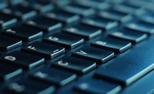 """Chiny wyraziły w czwartek zaniepokojenie ujawnionymi przez WikiLeaks dokumentami wskazującymi na możliwość hakowania przez amerykańską CIA wielu urządzeń - także tych, które produkują chińskie firmy. """"Wzywamy stronę amerykańską, by zaprzestała podsłuchiwania, monitorowania, wykradania tajemnic i hakowania internetu"""" - powiedział rzecznik chińskiego MSZ Geng Shuang, podkreślając, że chodzi o działania wymierzone przeciwko Chinom i innym krajom. Powtórzył też, że Chiny sprzeciwiają się wszelkim formom hakerstwa."""
