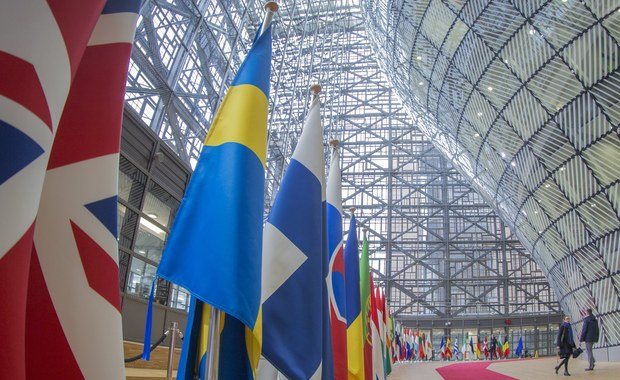 Polski rząd jest całkowicie izolowany w Unii Europejskiej; nie działa on w interesie swoich obywateli ani w interesie kraju - powiedział w Brukseli szef frakcji Europejskiej Partii Ludowej w PE, niemiecki europoseł Manfred Weber.