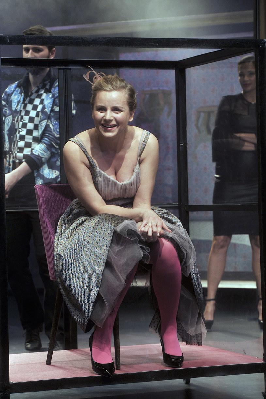 """Komedia Nikołaja Gogola """"Ożenek"""" od 11 marca w Teatrze 6. piętro. Główną rolę w spektaklu kreuje znana z serialu """"Singielka"""" Paulina Chruściel. Dlaczego aktorka nosi scenariusz z namalowanym serduszkiem? Jakie są jej doświadczenie ze swataniem?"""