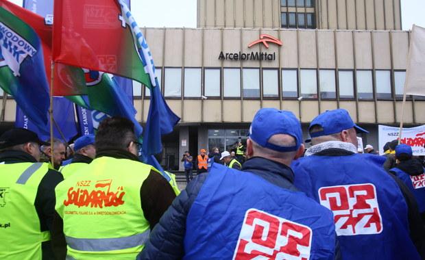 Związkowcy z koncernu hutniczego ArcelorMittal Poland nie doszli do porozumienia z pracodawcą w sprawie podwyżek i polityki płacowej w 2017 r. Pikietowali siedzibę firmy w Dąbrowie Górniczej. Spółka deklaruje chęć porozumienia, ale pikietę uznała za nielegalną.