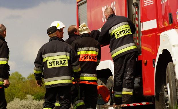 Prawie 50 strażaków walczyło z ogniem w Gorzycach na Podkarpaciu. Pożar wybuchł na terenie zakładu zajmującego się przetopem aluminium.