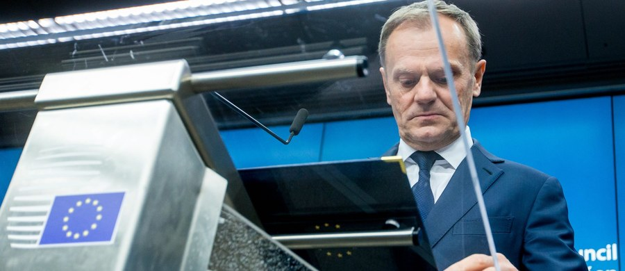 """Donald Tusk został ponownie wybrany na szefa Rady Europejskiej. """"Dziękuje za ten znak solidarności. Jak wiecie, solidarność była zawsze ważna w moim życiu, prywatnym i politycznym. Naprawdę wiem, ile ona znaczy"""" - powiedział Tusk w krótkiej publicznej części posiedzenia Rady Europejskiej. """"Będę pracował z wszystkimi z was, bez żadnego wyjątku"""" - zadeklarował Tusk. Przeciwko jego wyborowi był polski rząd, który zgłosił kandydaturę Jacka Saryusz-Wolskiego. Wydarzenia w Brukseli relacjonujemy dla Was na bieżąco."""
