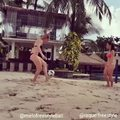 Piłka nożna, plaża i piękne kobiety