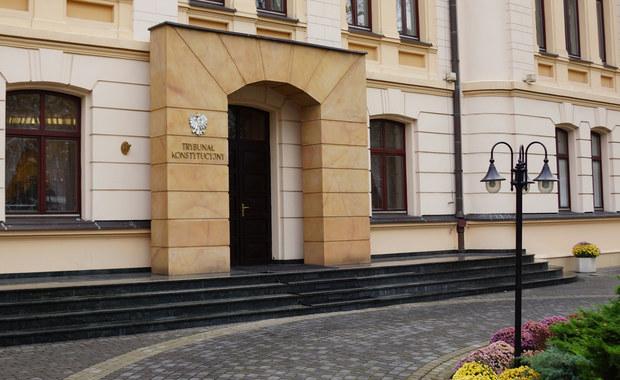 Tylko siedmioro sędziów rozstrzyga w Trybunale Konstytucyjnym wnioski o wyłączenie sędziów z orzekania. To wyłącznie sędziowie wybrani przez obecny Sejm. Trzech z nich także dotyczą takie wnioski, te jednak nie są uznawane. Z analizy wiceprezesa Trybunału Stanisława Biernata wynika, że przy obsadzie sądzących w poszczególnych sprawach stosowane są podwójne standardy. Pozwala to stronom, a zwłaszcza Prokuratorowi Generalnemu wpływać na składy orzekające.