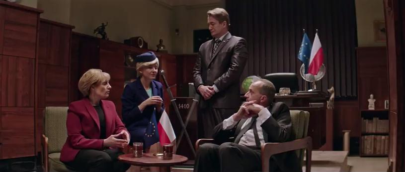 """""""Angela tu jedzie! Chce się z panem spotkać i porozmawiać w cztery oczy"""" - mówi Mariusz, wpadając jak burza do gabinetu Prezesa. W ósmym odcinku serialu """"Ucho Prezesa"""" pojawiają się trzy nowe bohaterki."""
