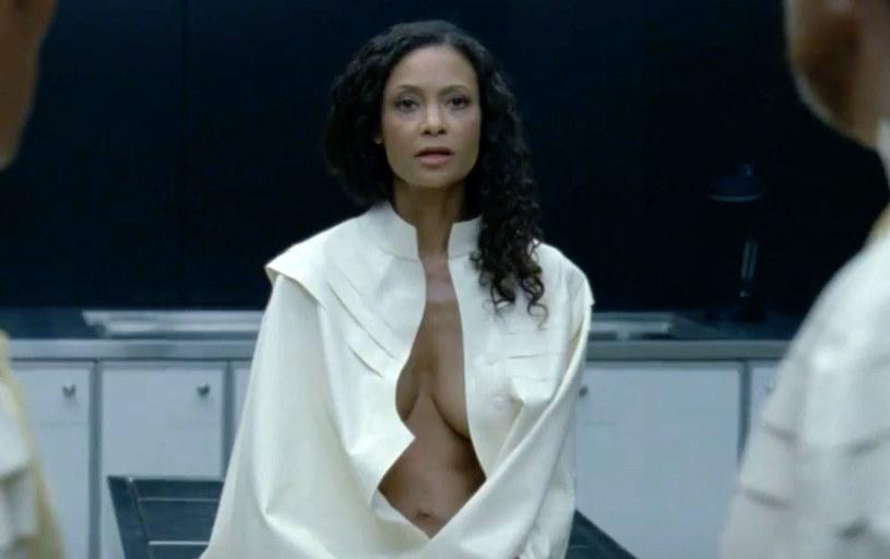 """Gwiazda serialu """"Westworld"""" Thandie Newton przyznała, że o wiele lepiej niż w ciasnych gorsetach czuła się nago na planie produkcji HBO."""