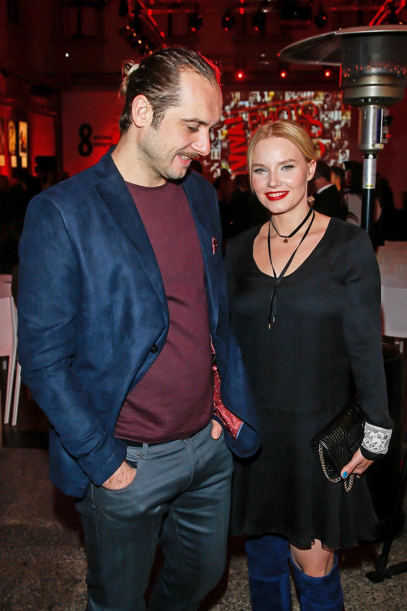 """Michał Żurawski chciałby częściej pracować z Romą Gąsiorowską. Liczy, że w przyszłości będą realizować więcej wspólnych projektów. Musiał jednak zrezygnować z udziału w spektaklu """"Płyń"""", którego producentką i reżyserką jest jego żona."""
